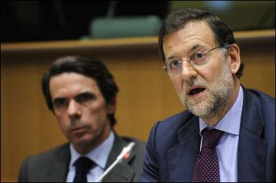 José María Aznar en segundo plano detrás de Rajoy, en un reciente acto en Bruselas.AFP PHOTO