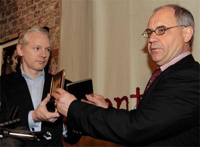 Julian Assange y el banquero suizo Rudolf Elmer, en el momento de la entrega de los discos compactos en la rueda de prensa en Londres. LEFTERIS PITARAKIS (AP)