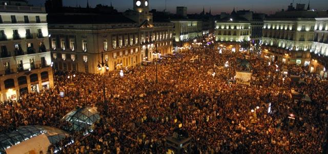 La Puerta del Sol, en la noche de este sábado. ÁNGEL NAVARRETE