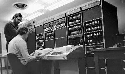 Dennis Ritchie (de pie) y su colega Ken Thompson (sentado). Bell Labs (Alcatel Lucent)