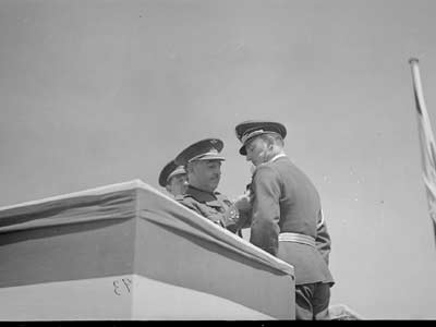 Franco condecora a un nazi de la Cóndor.-