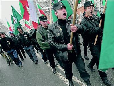 Miembros uniformados del partido ultraderechista y xenófobo búlgaro Ataka desfilan en Sofía.