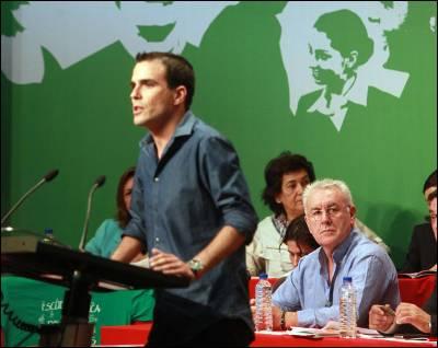 El coordinador federal, Cayo Lara, escucha a Álberto Garzón, voz del 15-M y candidato de IU por Málaga, ayer sábado en el Auditorio Marcelino Camacho de CCOO, en Madrid.