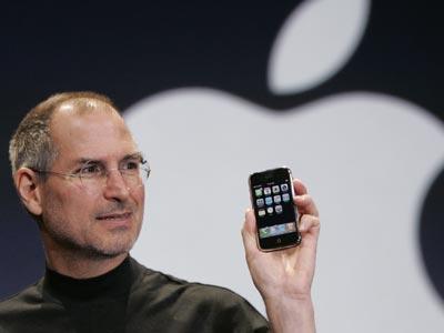 Steve Jobs exhibe un iPhone durante una conferencia en San Francisco, en 2007. AP