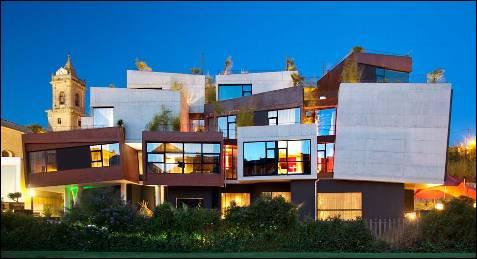 El hotel Viura es una transgresora propuesta de diseño que, sin embargo, se integra sin esfuerzo en el entorno rural de Villabuena de Álava, en la Rioja Alavesa.