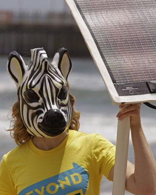 Una manifestante con una placa solar en Durban, donde los líderes mundiales tratan el cambio climático.