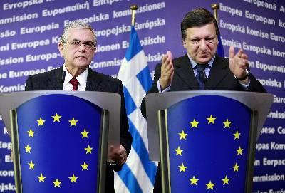 El primer ministro griego, Lukás Papadimos (i) comparece ante los medios junto al presidente de la Comisión Europea, José Manuel Durao Barroso, (d),  en la sede de la CE en Bruselas, Bélgica. EFE/Archivo
