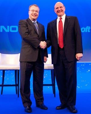Los presidentes de Nokia y Microsoft sellan su acuerdo estratégico. AFP