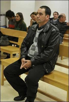 Jacinto Martínez, policia local de La Puebla de Don Fabrique, acusado de matar de un disparo a un perro en mayo de 2009, se ha sentado en el banquillo de los acusados. /EFE