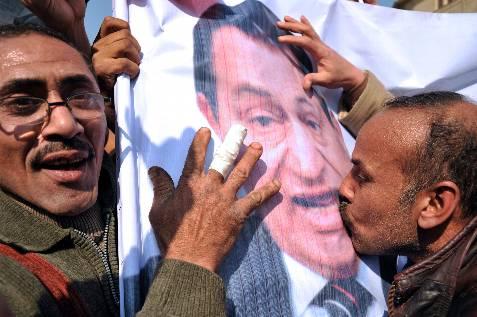 Partidarios del presidente egipcio besan un retrato suyo, en la plaza Tahrir. EFE/Andre Liohn