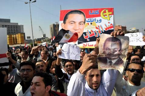 Partidarios del presidente egipcio se enfrentan a activistas de la oposición. EFE/Andre Liohn