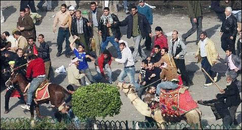 Los partidarios de Mubarak se enfrentan con palos y piedras a los activistas de la oposición tras irrumpir en la plaza Tahrir. EFE/HANNIBAL HANSCHKE