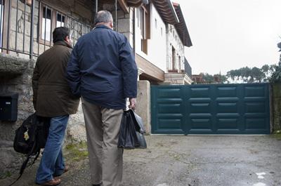 Los inspectores de urbanismo de la Xunta, ayer en la puerta de la casa de Vázquez. EFE