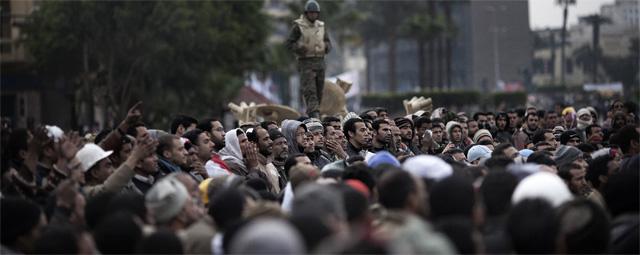 Los manifestantes se concentran frente a los tanques del Ejército en la plaza Tahrir de El Cairo. AFP