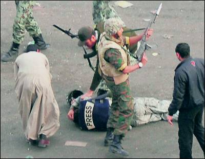 Militares protegen a un periodista agredido.
