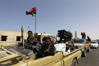 Una columna rebelde celebra la captura de Ras Lanuf en su avance hacia Sirte. - REUETRS