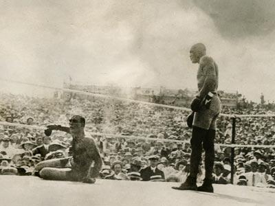 Jim Jeffries besa la lona durante el combate contra Jack Johnson, celebrado el 4 de julio de 1910 en Reno, Nevada, ante 20.000 espectadores. AP