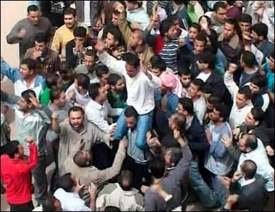 Foto de archivo de opositores al régimen sirio en el barrio de Douma, cerca de Damasco. EFE / SANA