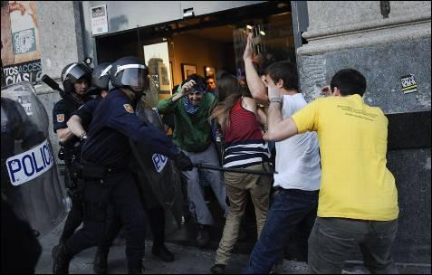 La policía la emprende a golpes con los manifestantes.
