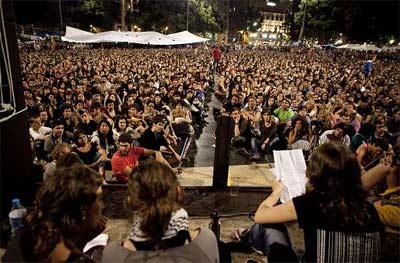 Asamblea en el campamento de plaza de Catalunya. -