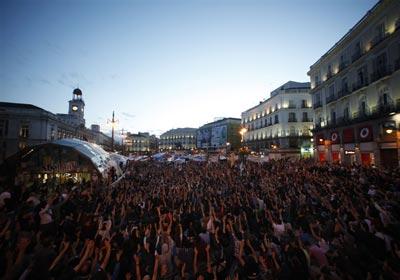 Miles de personas asistieron anoche a la asamblea organizada en la Puerta del Sol de Madrid. -