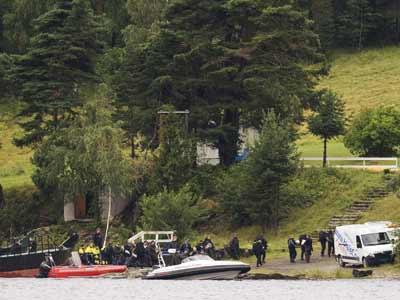 Un equipo de policías llega a la isla de Utoya, escenario de la masacre. afp