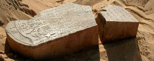 Foto cedida hoy por el Consejo Supremo de Antigüedades de Egipto (CSA) en la que se ve a un grupo de arqueólogos egipcios trabajando en el yacimiento de Tel Dafnahla.