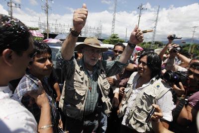 El poeta Javier Sicilia es recibido por indígenas en Chiapas, al llegar allí la Caravana por la Paz. -