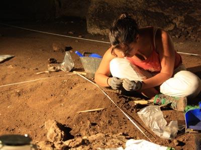 Excavaciones en la cueva del Higueral-Guardia el pasado agosto. j. b.