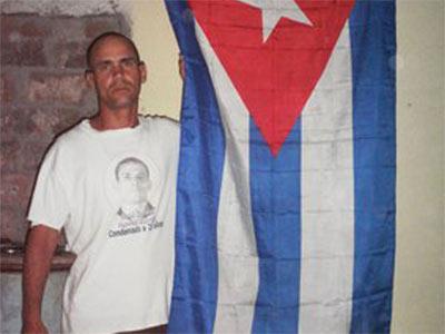 William Villar, fotografiado junto a una bandera cubana en septiembre.-AFP