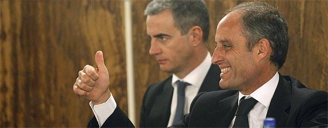 El expresident de la Generalitat, Francisco Camps, y el exsecretario general del PP de Valencia, Ricardo Costa, celebran el veredicto. EFE