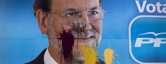 Una pancarta electoral de Mariano Rajoy a la que han lanzado pintura.- AP Photo/Emilio Morenatti