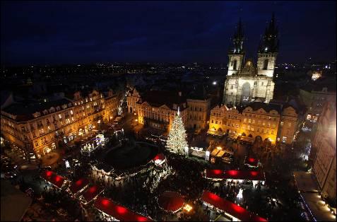 Vista aérea de la iluminacion navideña en la plaza central de Praga.