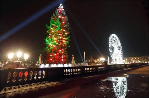 Arbol navideño iluminado cerca de la Plaza de la Concordia, en París.