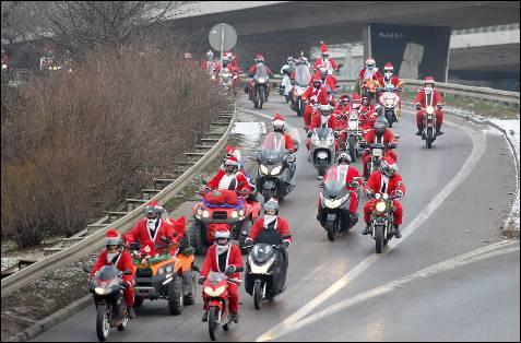 Motororistas vestidos de Papa Noel circulan entre Gdansk y Gdynia, en la décima edición de una prueba destianda a recaudar dinero para niños.