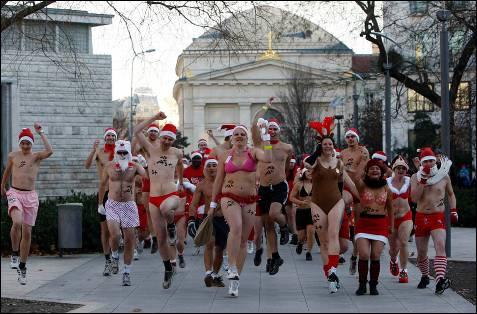 La ciudad de Budapest organiza una carrera sobre Papa Noel, en la que los corredores deben llevar poca ropa.