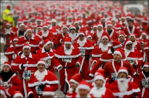 Cerca de un millar de personas han participado en la llamada 'Run Nikolaus' en la ciudad oriental alemana de Michendorf cerca de  Berlín.