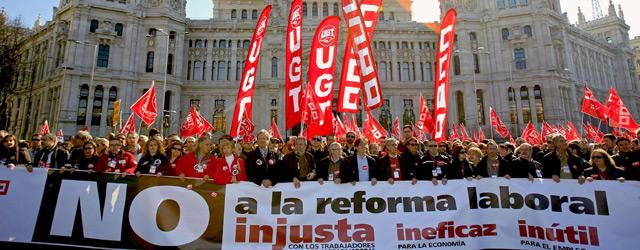 Cabecera de la manifestación contra la reforma laboral a su paso por el Ayuntamiento de Madrid,.- Gustavo Cuevas