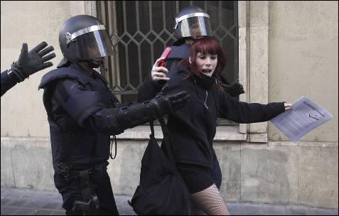 La policía detiene a un joven durante las protestas de los estudiantes de Valencia.
