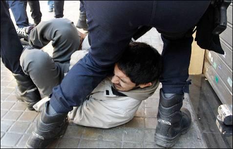 La Policía tira a un joven al suelo.