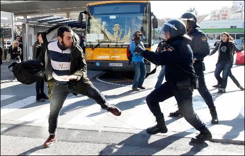 Un agente se dispone a golpear a un agente.
