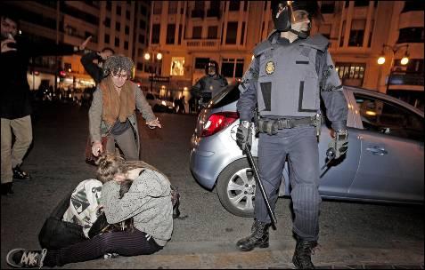 Un antidisturbio controla la calle en el entorno del Instituto Lluís Vives de Valencia donde los estudiantes se congregaron para protestar por las cargas. EFE/ Manuel Bruque