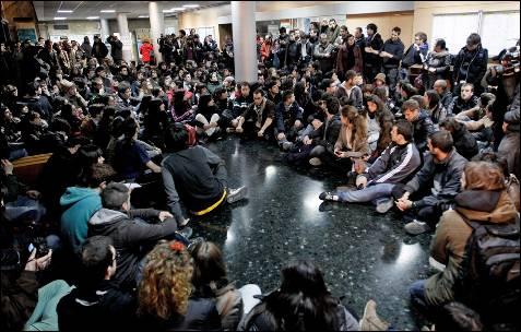 Varios centenares de estudiantes celebran, durante la noche, una asamblea en la facultad de Geografia e Historia para analizar los incidente de en Valencia. JUAN CARLOS CÁRDENAS (EFE)