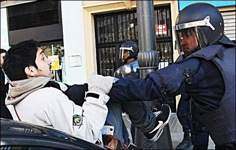Un Policía se encara a un manifestante.