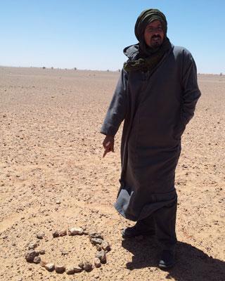 Zain Alal, soldado retirado del Polisario al lado de la señalización de una posible mina.