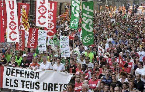 Encabezada por una pancarta con el lema: 'No callamos. Defiende tus derecho<br /><br /> ', decenas de miles de personas se han manifestado en el centro de Barcelona.- Albert Olivé (EFE)