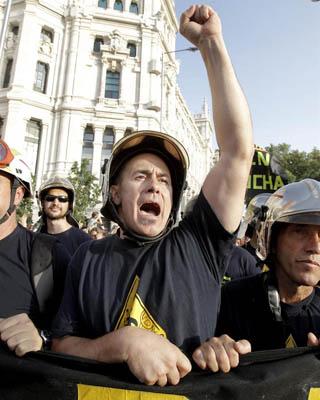 Bombero manifestándose en Madrid.