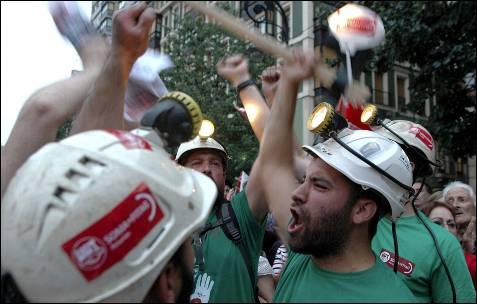 Un grupo de mineros participa en la manifestación convocada por los sindicatos en Gijón.- Juan González (EFE)