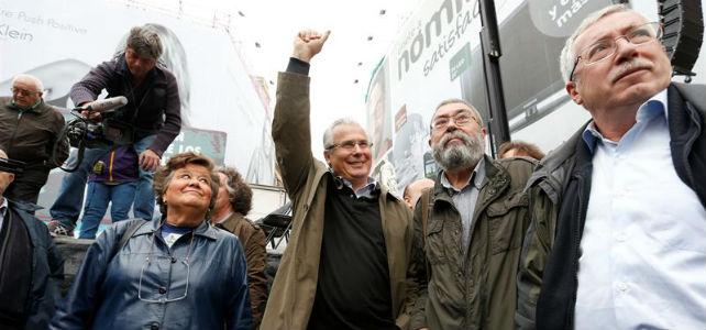Baltasar Garzón acompañado de Cristina Almeida, izquierda, y Cándido Méndez y Toxo, a la derecha.