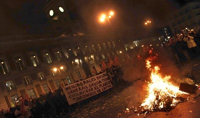Barrenderos y Jardineros alrededor de una hoguera en la Puerta del Sol de Madrid.